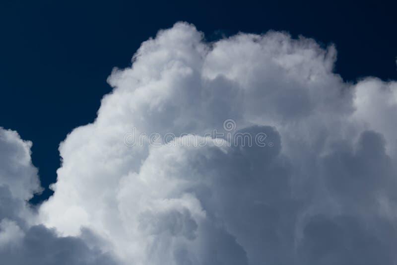 Cumulus blancs sur le ciel propre bleu-foncé photographie stock