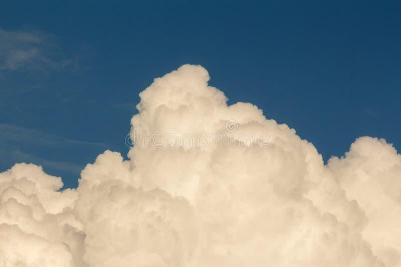 Cumulus chmura wielka i puszysta biała cumulonimbus chmura w niebieskim niebie obraz royalty free