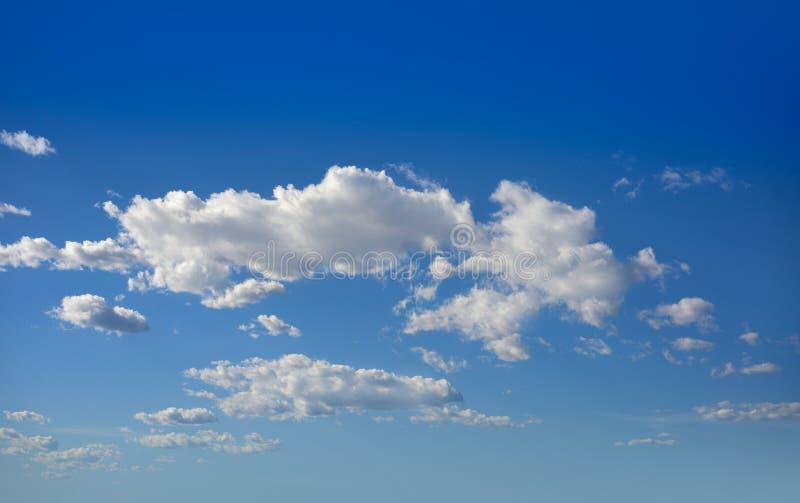 Cumulus chmury doskonalić biel w niebieskim niebie zdjęcie royalty free