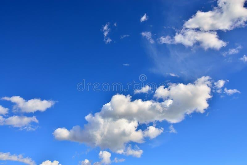 Cumulus chmury latają przez niebo fotografia stock