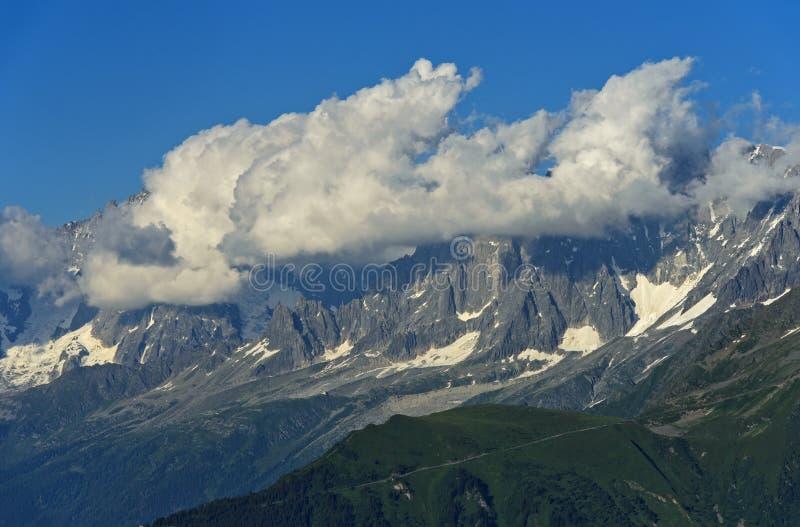 Cumulus chmury nad Mont Blanc masyw obrazy stock