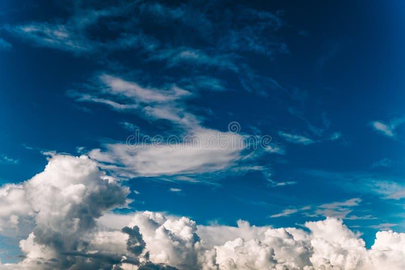 Cumulus chmury przeciw niebieskiemu niebu, piękny tło, tekstura zdjęcia stock