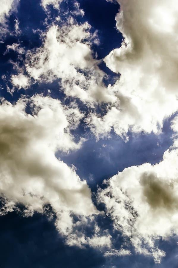 Cumulus chmury przeciw zmrokowi - niebieskie niebo niebieskie tło fotografia stock