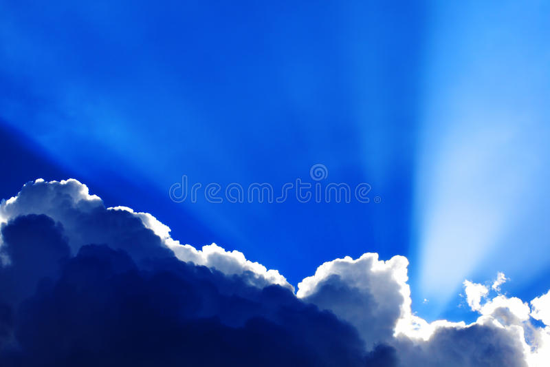 Cumulus chmury z sunbeams obraz royalty free