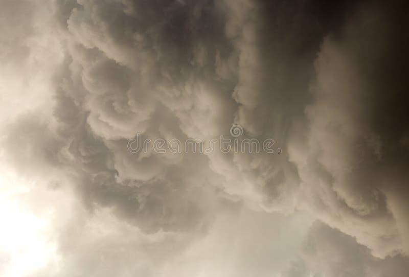 Cumulus chmury zbiera na wierzchołku niebo zdjęcia stock