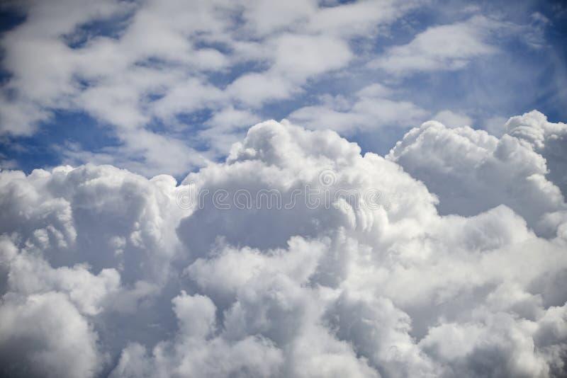 Cumulus dramatiques avec les nuages de cirrocumulus de haut niveau pour photographie stock libre de droits