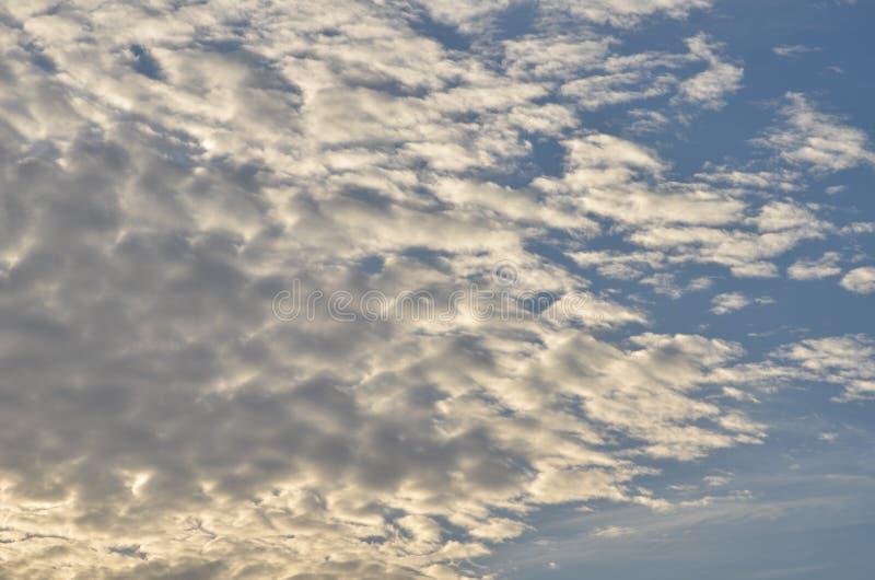 Cumulus lumineux sur le ciel bleu image stock