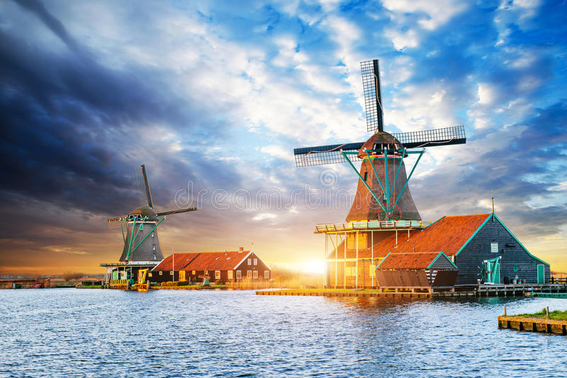 Cumulus sur le coucher du soleil au-dessus des moulins à vent néerlandais à Rotterdam Neth images stock
