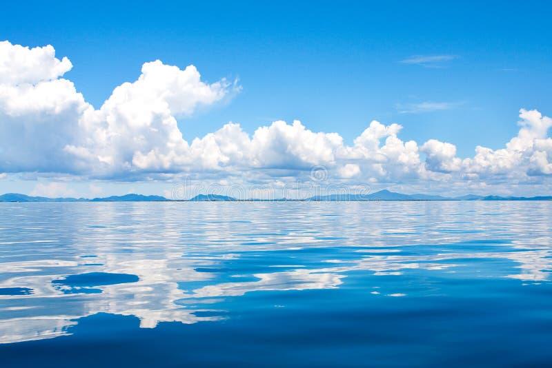 cumulus wolken in de horizon boven tropische isla stock foto