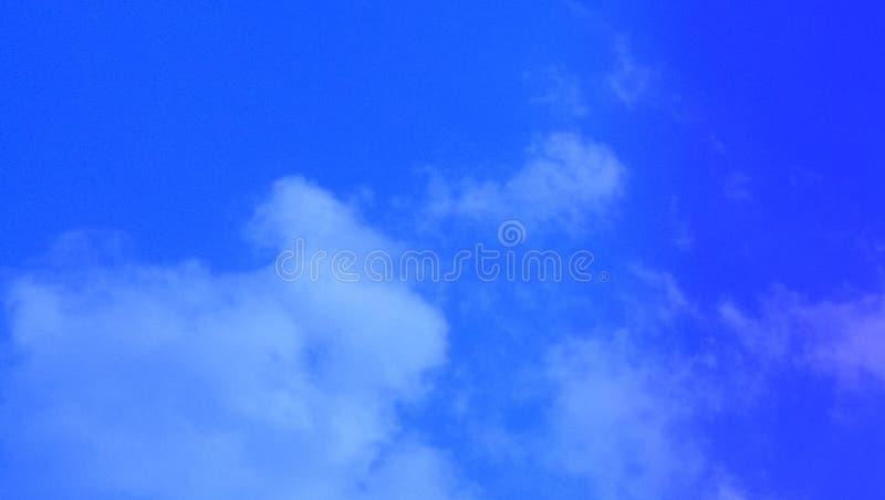 Cumulus Wolken Nebelnebel nebeligen Babyblau-blaue Farbe Hintergrund lizenzfreie stockfotos