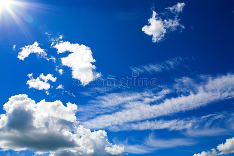 Cumulusen fördunklar i blåttsky royaltyfria bilder