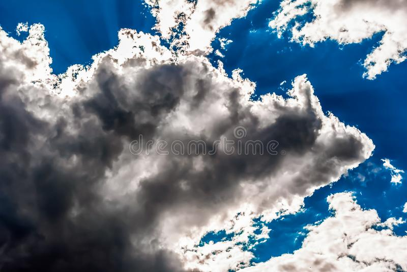 Cumulusen f?rdunklar i bl?ttskyen arkivfoto