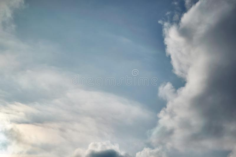 Cumuluswolken in de hemel op de rechterkant, verlaten luchtig stock foto