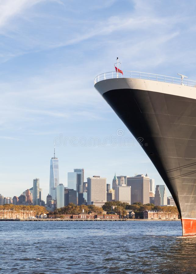 Cunard kryssningeyeliner Queen Mary 2 i New York royaltyfria foton