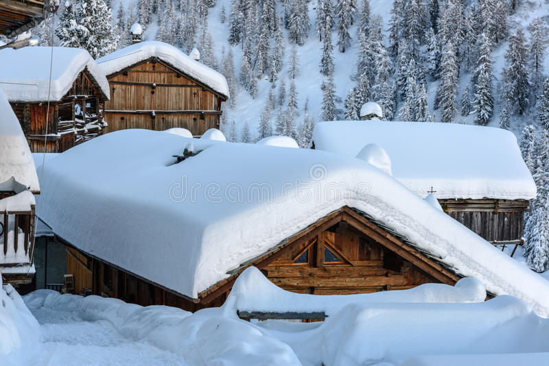 Cuneaz i vintern, Ayas dal (norr Italien) royaltyfria foton