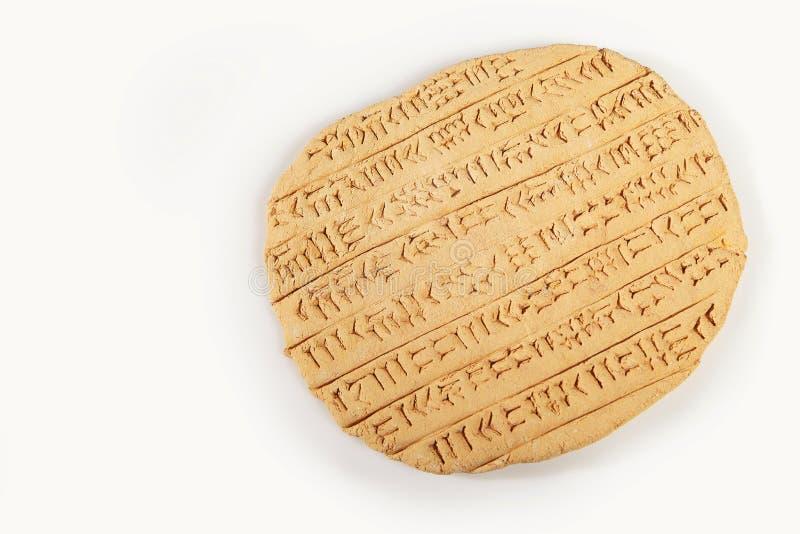 Cuneiforme do estilo do império de Akkad escrito na argila marrom imagem de stock royalty free