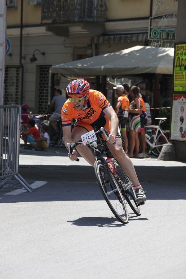 CUNEO, ITÁLIA - 10 DE JULHO DE 2016: um ciclista chega ao revestimento de imagens de stock