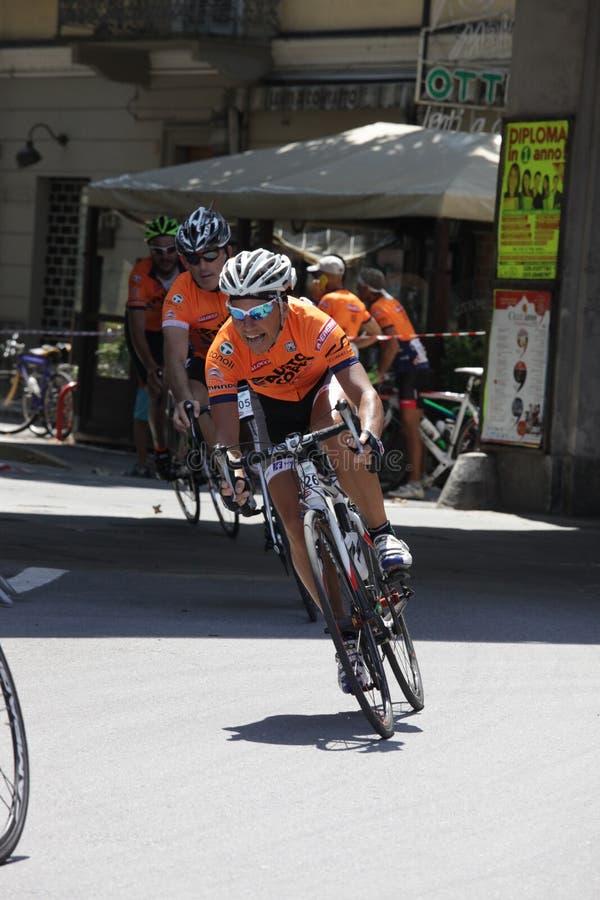 CUNEO, ITÁLIA - 10 DE JULHO DE 2016: um ciclista na chegada de Fausto imagens de stock royalty free