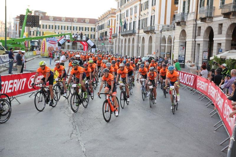 CUNEO, ITÁLIA - 10 DE JULHO DE 2016: um grupo dos ciclistas no início o fotografia de stock
