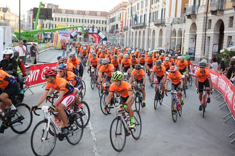 CUNEO, ITÁLIA - 10 DE JULHO DE 2016: um grupo dos ciclistas no início o fotografia de stock royalty free