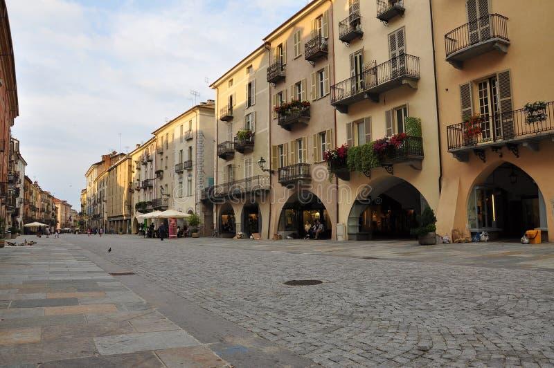 Cuneo Piemonte, Italien Aftonpromenad på via Roma royaltyfria foton