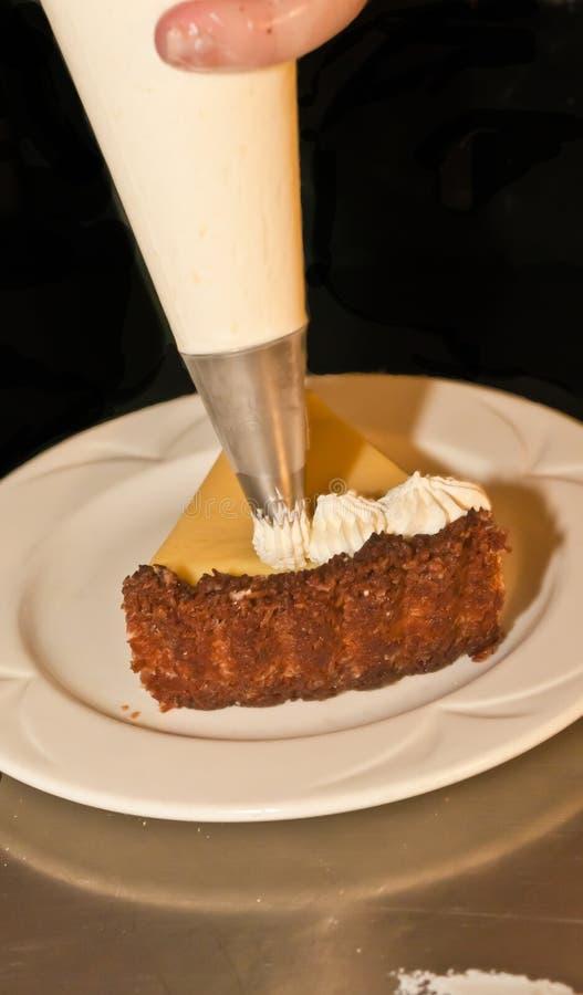 Cunha da torta recentemente cozida do cal chave e de chantiliy tranquilo imagem de stock