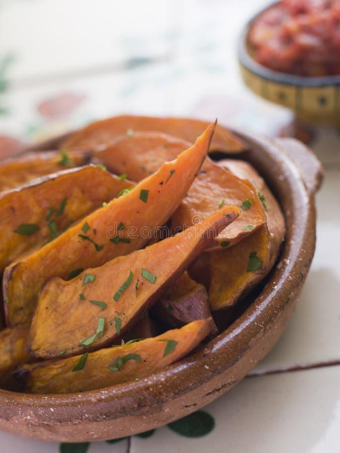 Cunhas da batata doce com salsa do tomate fotografia de stock royalty free