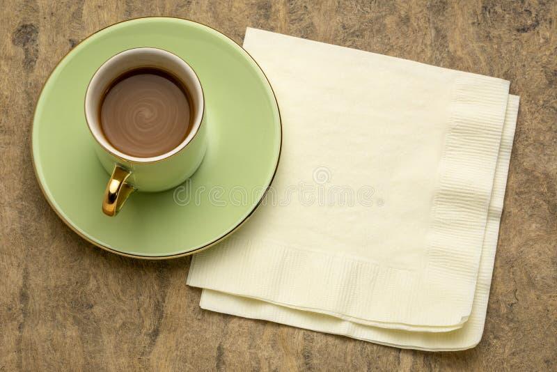 Cuo av kaffe med servetten fotografering för bildbyråer