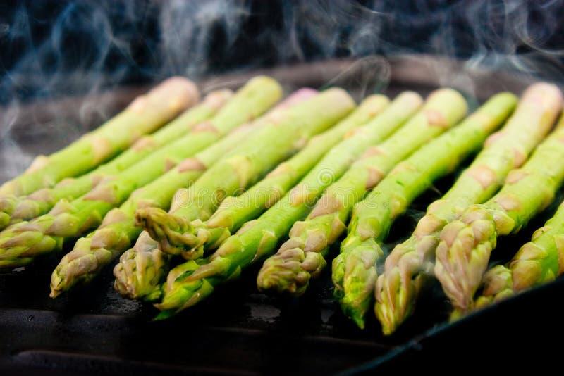 Cuocere asparago alla griglia fotografia stock libera da diritti