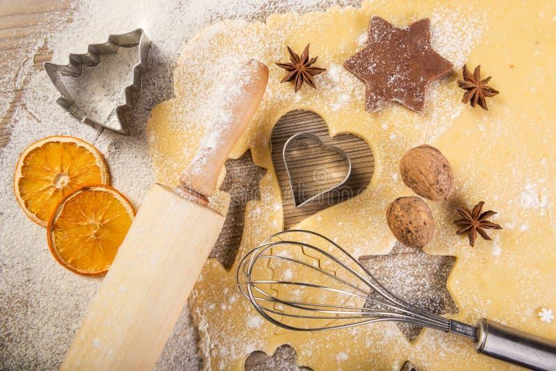 Cuocere, biscotti, matterello e miscelatore di Natale su legno immagini stock