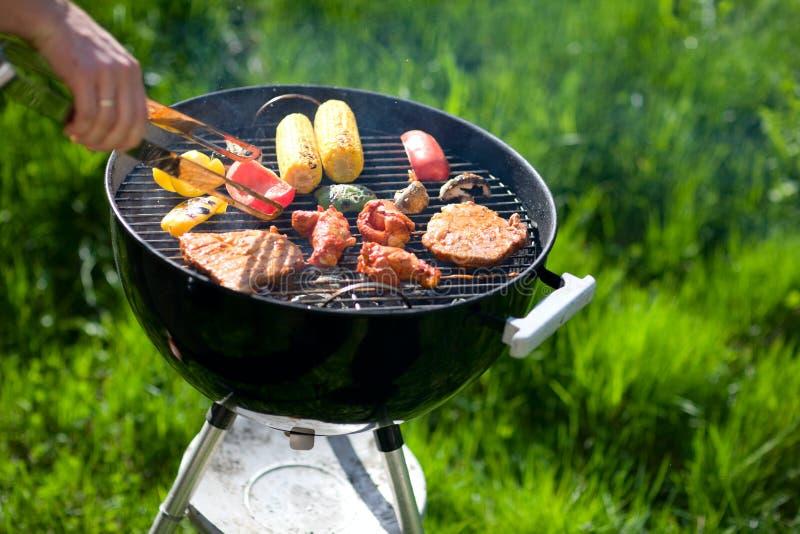 cuocere fine settimana alla griglia di estate fotografia stock libera da diritti