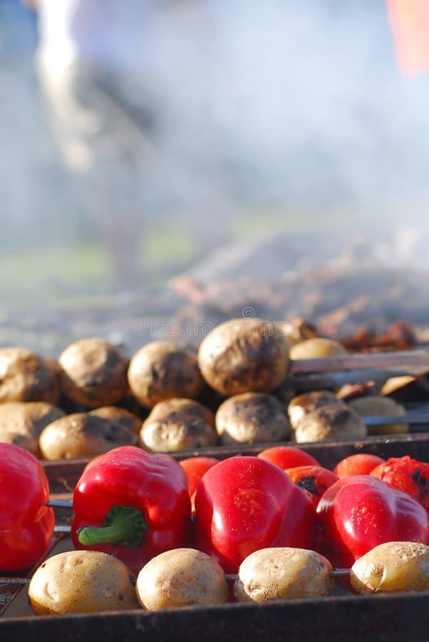 Cuocere le patate e paprica alla griglia fotografia stock libera da diritti