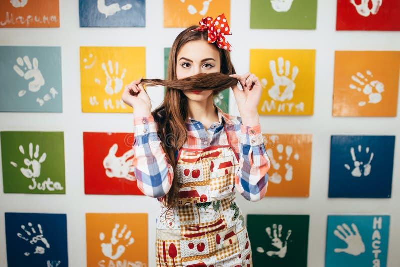 Cuochi della giovane donna nella cucina fotografia stock libera da diritti