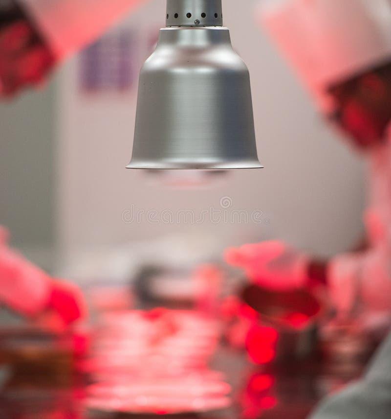 Cuochi unici nella cottura della cucina del ristorante dell'albergo di lusso, immagini stock libere da diritti