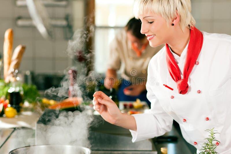 Cuochi unici in una cottura della cucina dell'hotel o del ristorante immagine stock libera da diritti