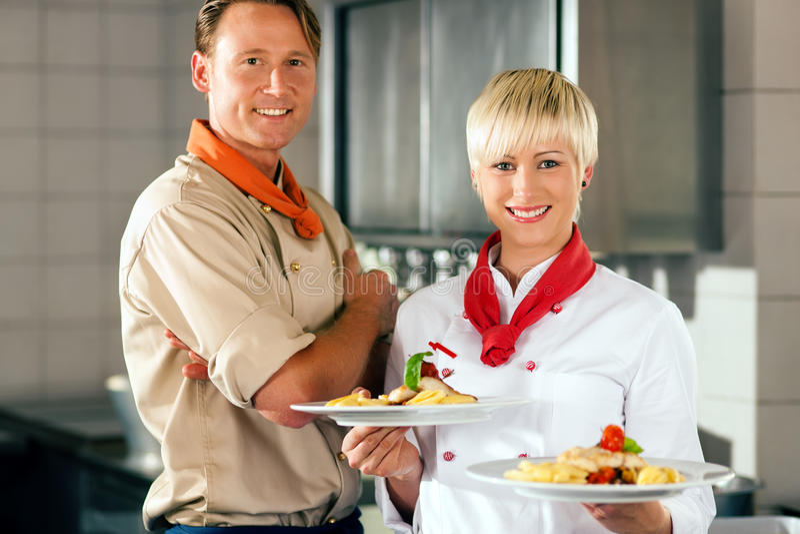Cuochi unici in una cucina dell'hotel o del ristorante fotografia stock