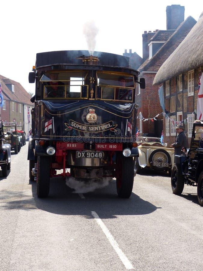 Cuocia a vapore il veicolo condotto alle celebrazioni del giorno di D nel villaggio tipico del Hampshire in Inghilterra fotografia stock