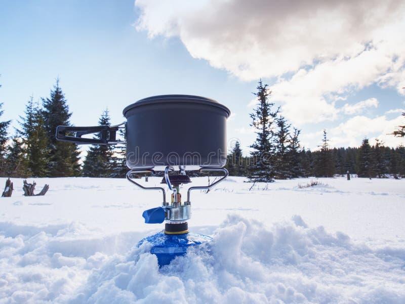 Cuoco ad un campeggio all'aperto di inverno Cottura all'aperto nell'inverno fotografia stock