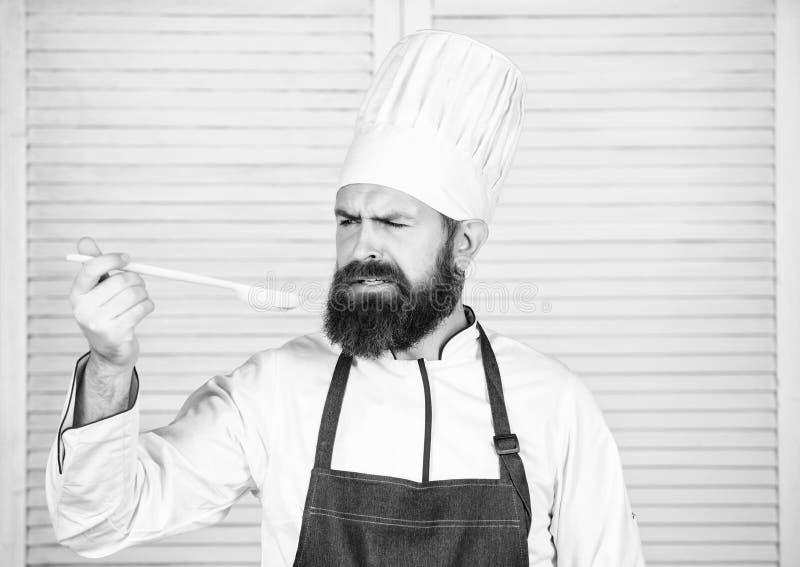 Cuoco barbuto dell'uomo in cucina, culinaria Essere a dieta e alimento biologico, vitamina Uomo del cuoco unico in cappello Ricet fotografia stock