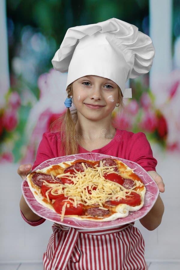 Cuoco dei giovani con pizza immagine stock libera da diritti