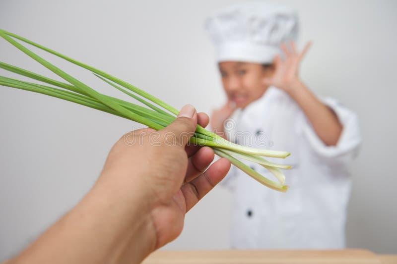 Cuoco della bambina, cuoco unico dei bambini impaurito delle verdure fotografie stock libere da diritti