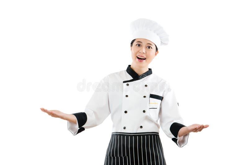 Cuoco della donna che presenta mostrando la sua festività fotografia stock libera da diritti