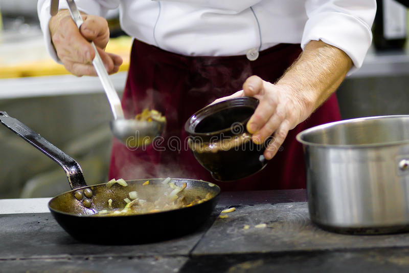Cuoco sulla cucina immagine stock
