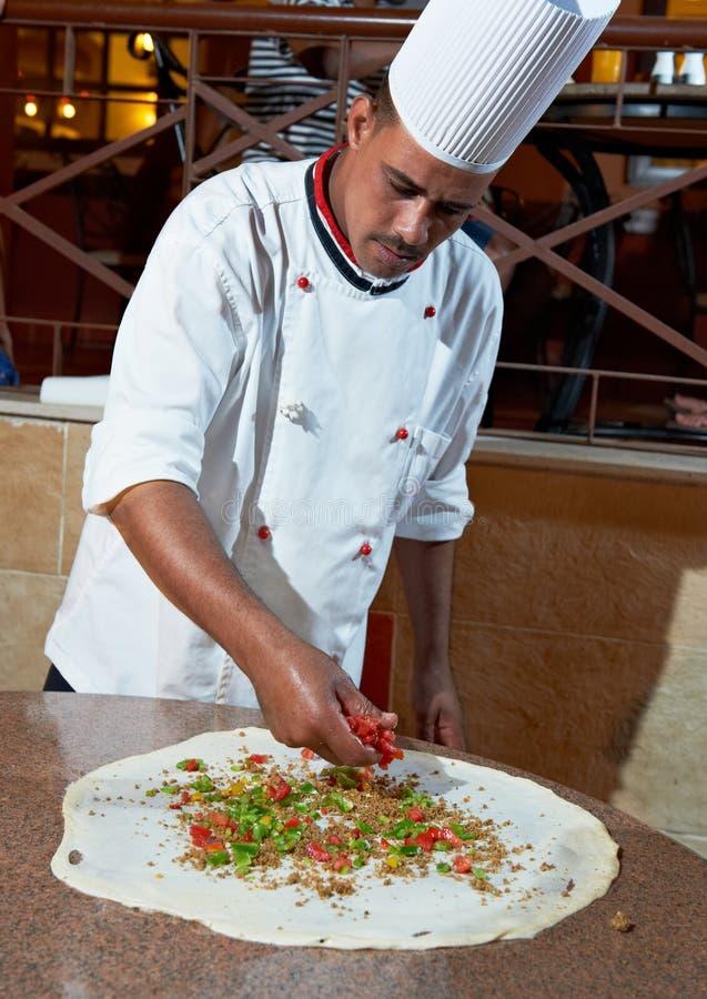 Cuoco unico arabo del panettiere che produce pizza fotografia stock libera da diritti