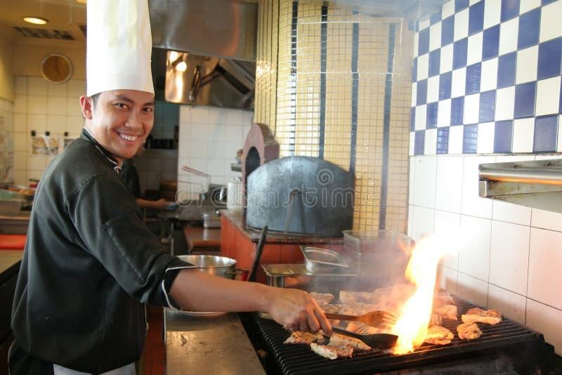 Cuoco unico che cucina bistecca fotografia stock libera da diritti