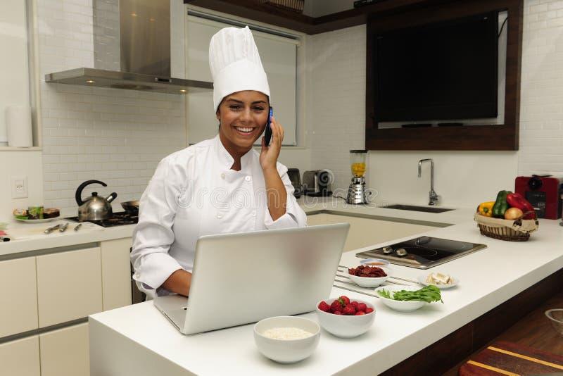 Cuoco unico che cucina sul telefono fotografia stock libera da diritti