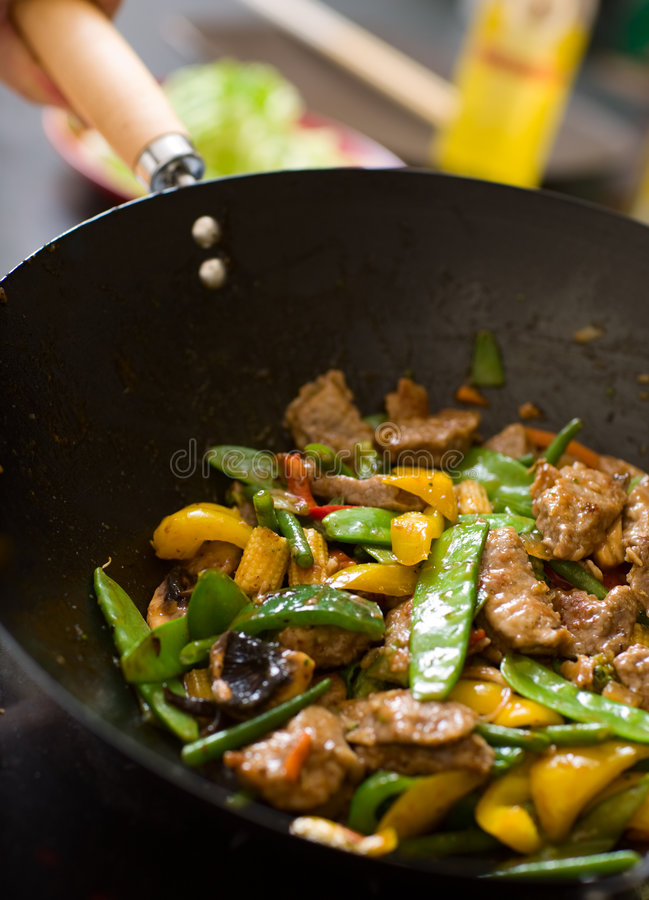 Cuoco unico che cucina wok fotografie stock libere da diritti