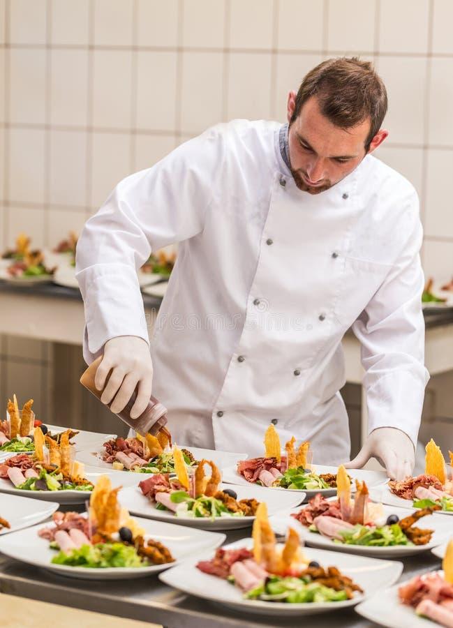 Cuoco unico che decora il piatto dell'aperitivo fotografia stock libera da diritti