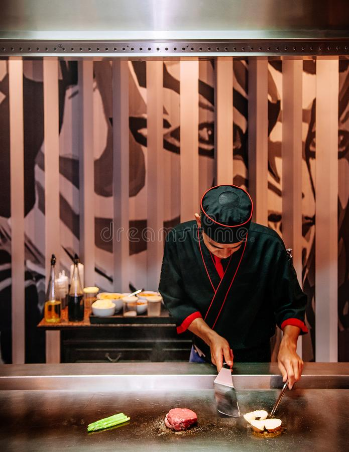 Cuoco unico che griglia la bistecca e foie gras del mignon di raccordo in Japansese Tep fotografie stock libere da diritti