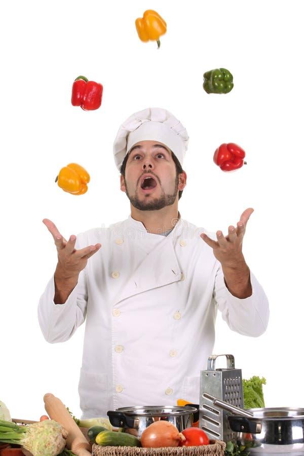 Cuoco unico che manipola con i peperoni fotografia stock libera da diritti